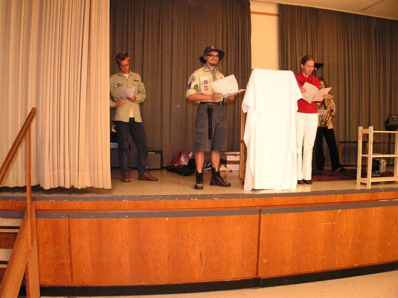 Tommy (verkleidet als Enno) und Andrea (verkleidet als Ursel) halten eine Büttenrede auf den scheidenden Vorstand, ...