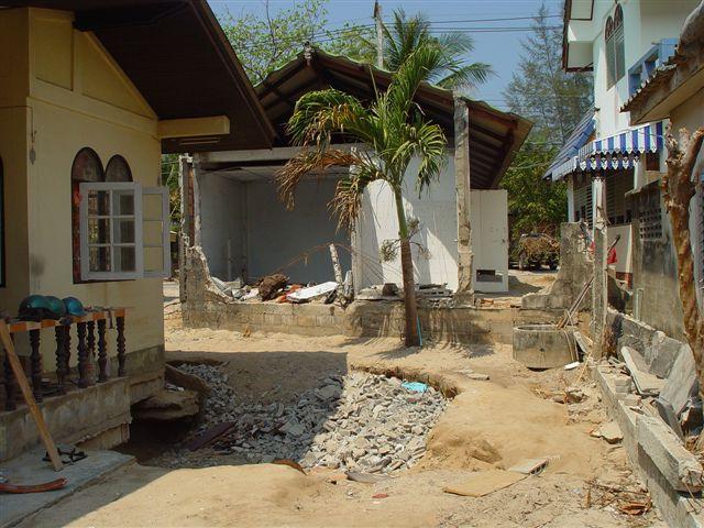 Zum Teil zerstörtes Gebäude