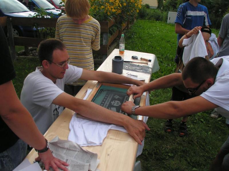 Die Lager-T-Shirts werden gedruckt.