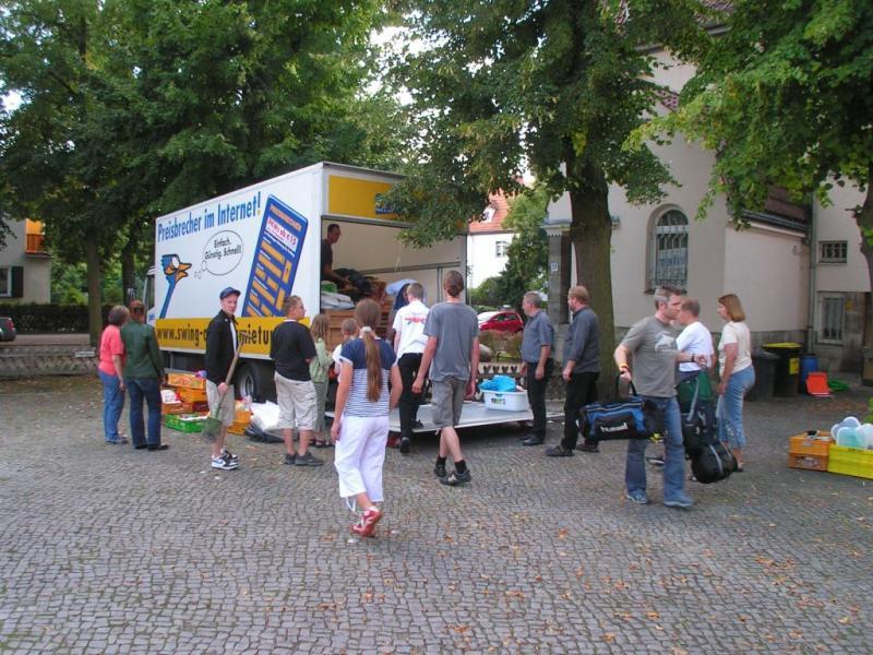 Ausladen vor der Gemeinde Mater Dolorosa.