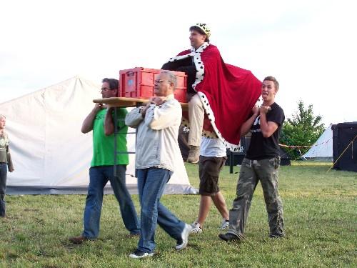 Der 'böse König' Ali wird auf den Platz getragen.