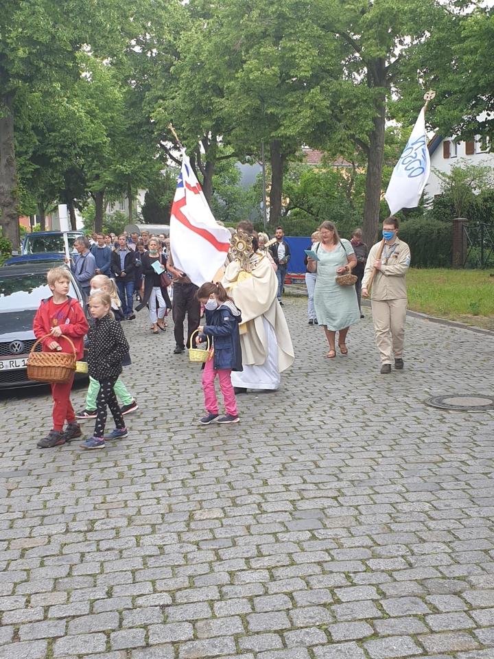 Die Banner begleiten die Prozession