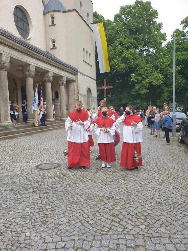 Die Prozession beginnt vor der Kirche